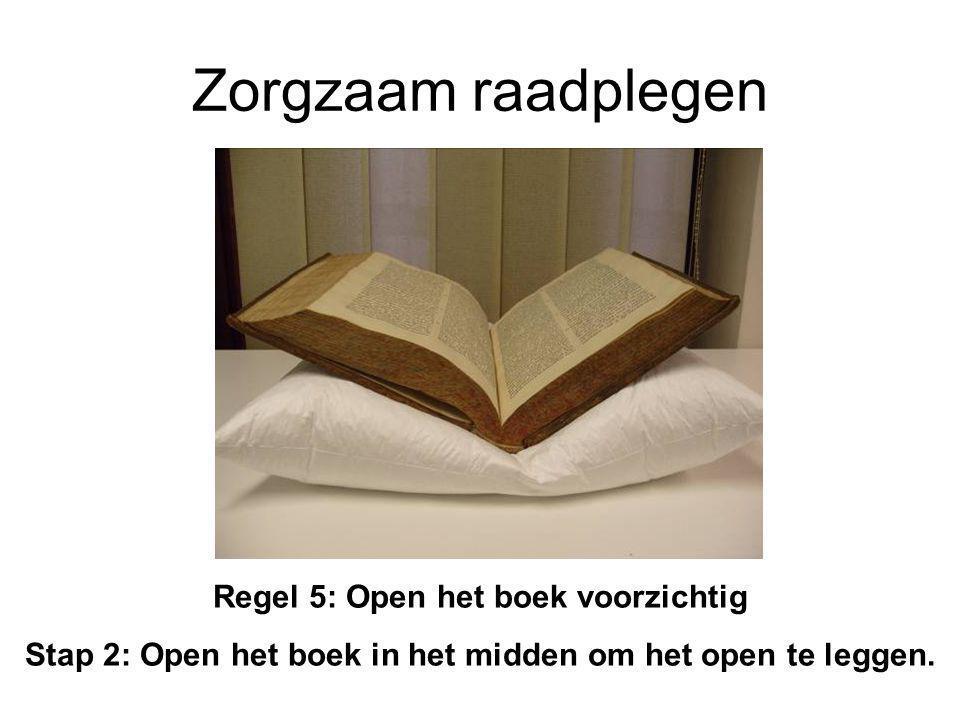 Zorgzaam raadplegen Regel 5: Open het boek voorzichtig Stap 2: Open het boek in het midden om het open te leggen.