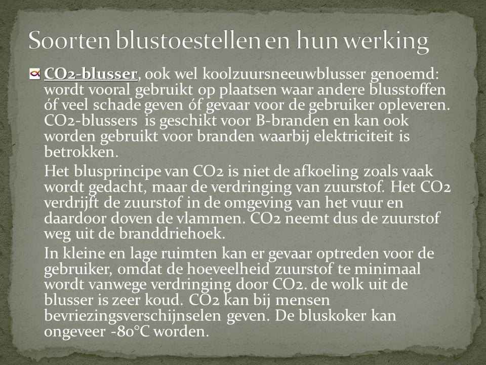 CO2-blusser CO2-blusser, ook wel koolzuursneeuwblusser genoemd: wordt vooral gebruikt op plaatsen waar andere blusstoffen óf veel schade geven óf gevaar voor de gebruiker opleveren.