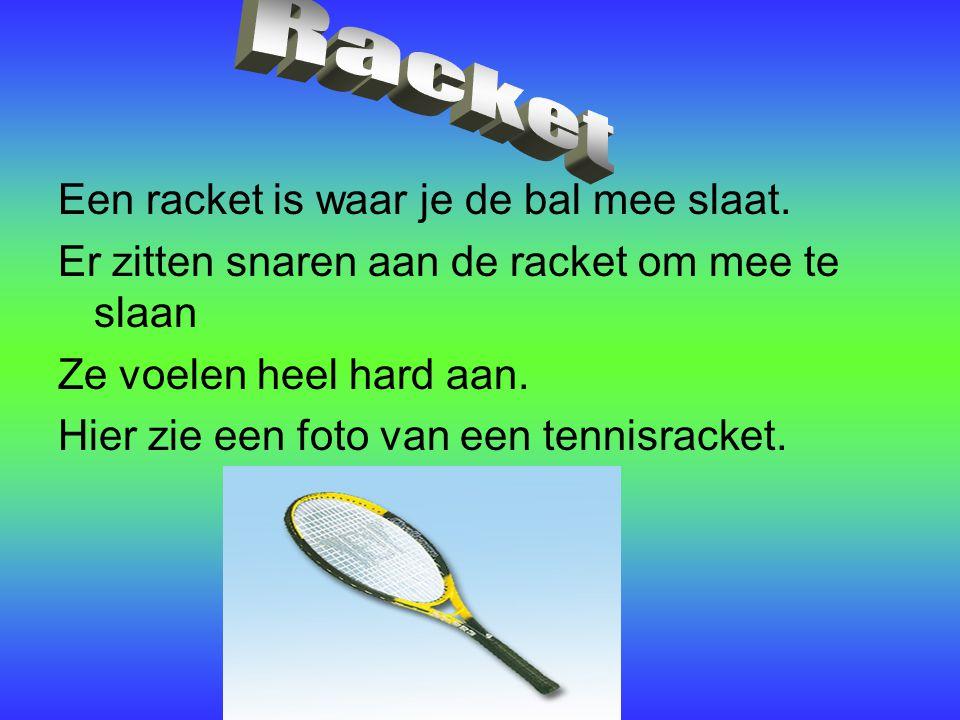 Een racket is waar je de bal mee slaat. Er zitten snaren aan de racket om mee te slaan Ze voelen heel hard aan. Hier zie een foto van een tennisracket