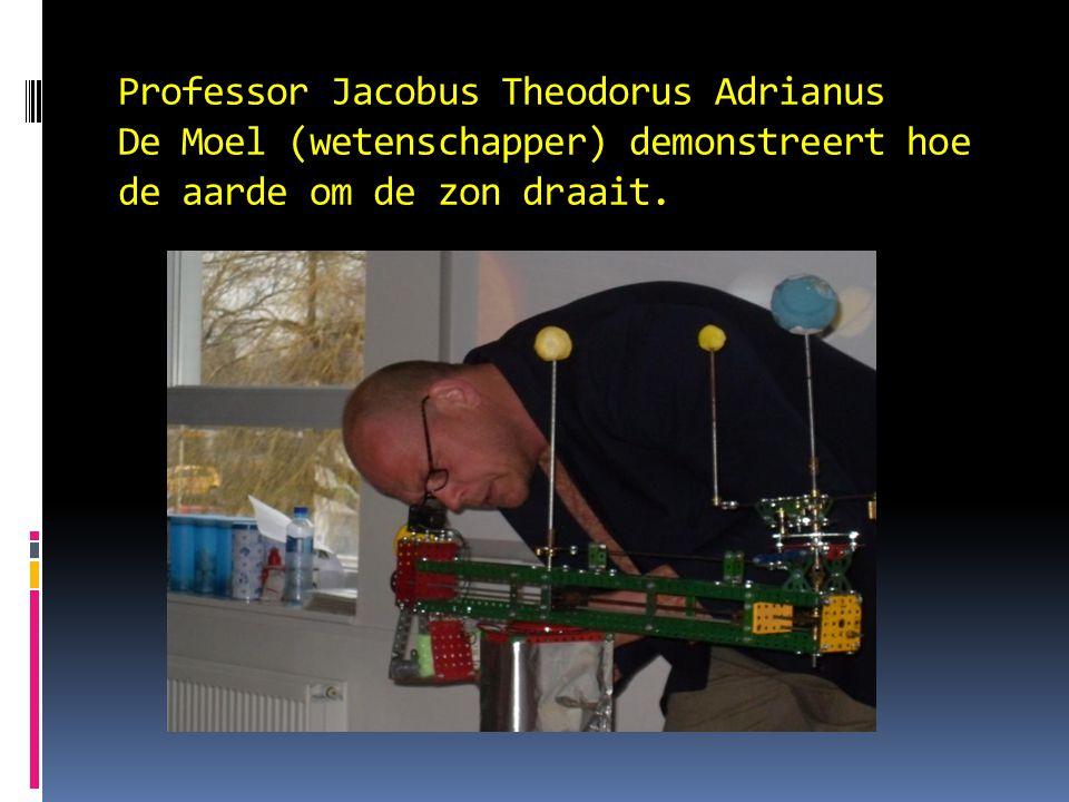 Professor Jacobus Theodorus Adrianus De Moel (wetenschapper) demonstreert hoe de aarde om de zon draait.