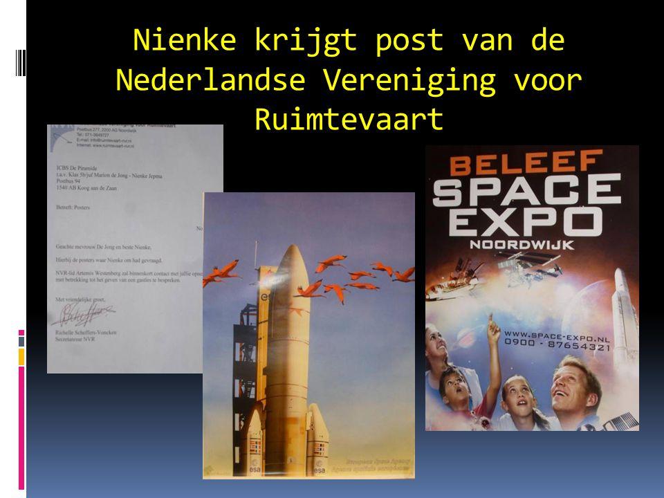 Nienke krijgt post van de Nederlandse Vereniging voor Ruimtevaart