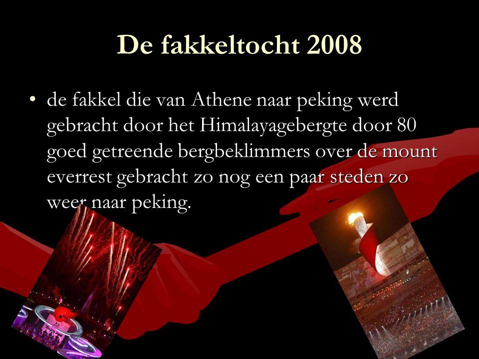 De fakkeltocht 2008 de fakkel die van Athene naar peking werd gebracht door het Himalayagebergte door 80 goed getreende bergbeklimmers over de mount e