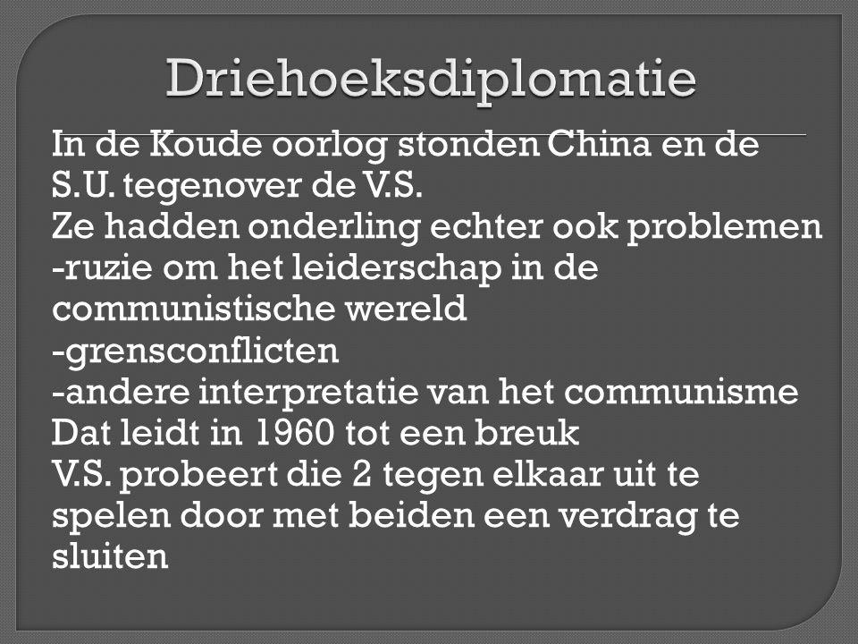 Eerst in 1971 het Verdrag van Moskou -afspraken over wapenbeheersing (SALT) -gunstige handelsvoorwaarden (graanleveranties) Vervolgens in 1973 de reis van Nixon naar China -officiële erkenning van China -handelsakkoorden Doel is dat beiden op N Vietnam druk uitoefenen om vredesakkoord te sluiten.