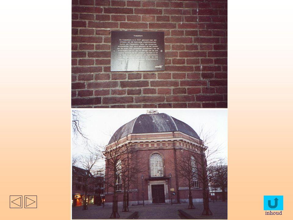 postkantoor en de koepelkerk staan tegenover elkaar op hetzelfde pleintje. het postkantoor is gebouwd in 1888, opvallend zijn de rondevormen bij de ra