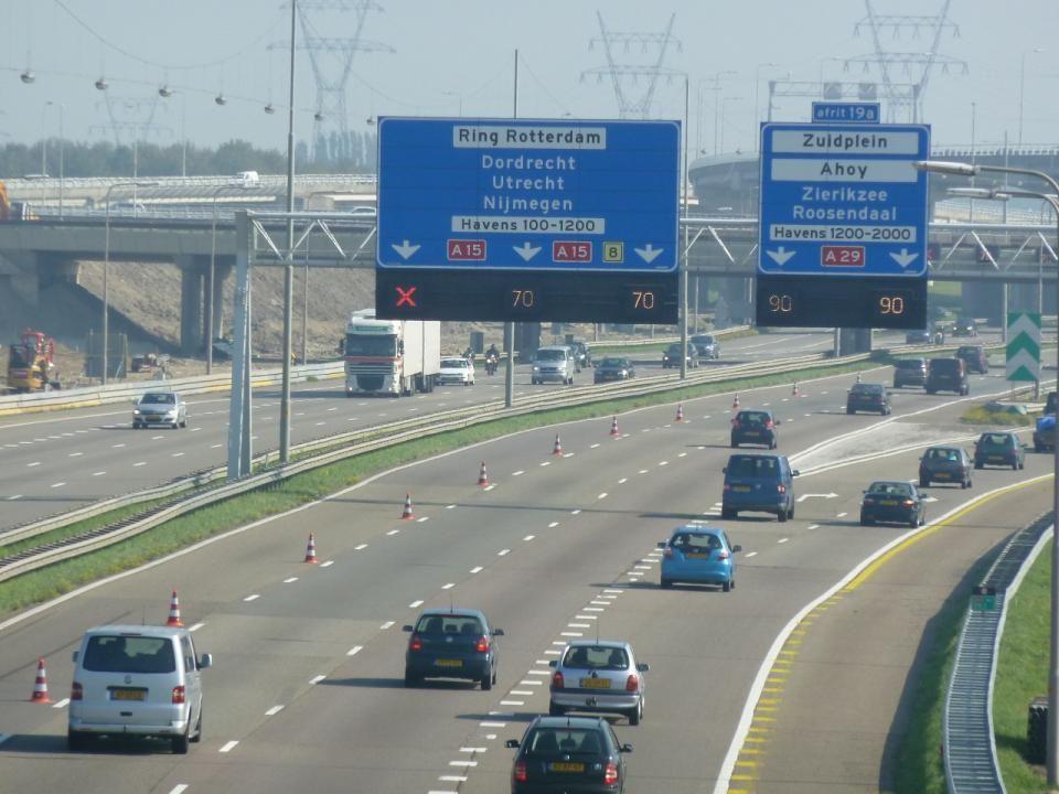 De A15 loopt van de Maasvlakte via Rotterdam, Gorinchem en Tiel en sluit bij Bemmel (tussen Arnhem en Nijmegen) aan op de A325.