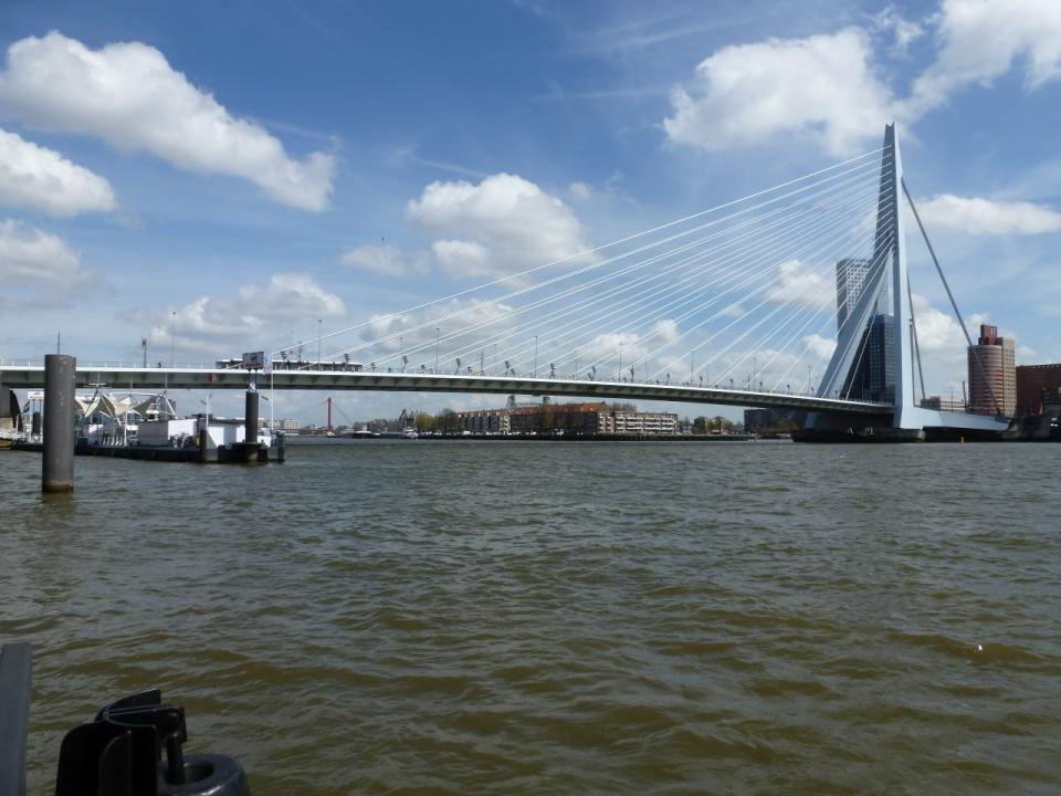 Binnenvaartschip onder de Erasmusbrug