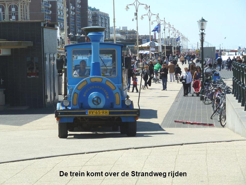 De trein komt over de Strandweg rijden
