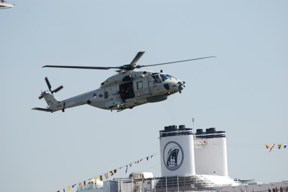 De Rotterdam staat nu op 124 meter hoogte, dan kun je een beetje inschatten hoe laag de helikopter aan het vliegen is