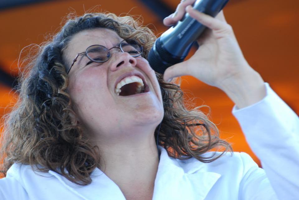 Isabella, heeft een dijk van een stem en zong bij de Duoane Harmonie