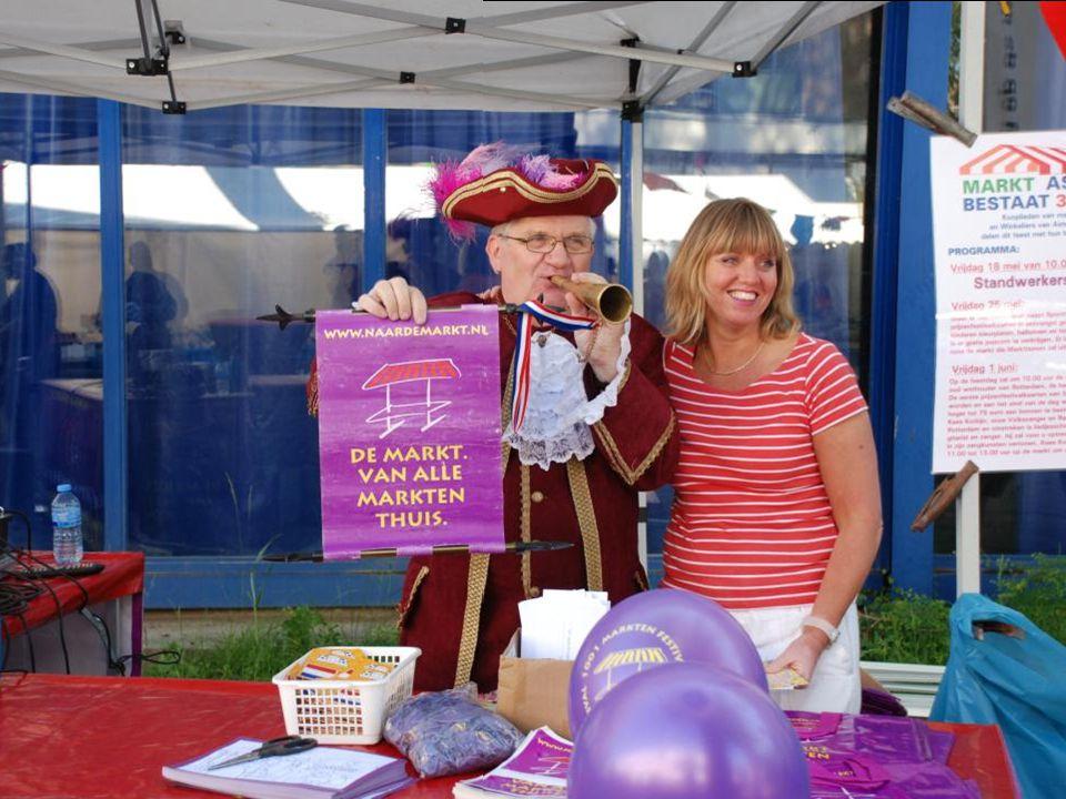Een Feesttent op vrijdag 25 mei 2012, op markt Asterlo Er worden kleurplaten, ballonnen, toeters en nog veel meer leuke dingen aan kinderen uitgedeeld.
