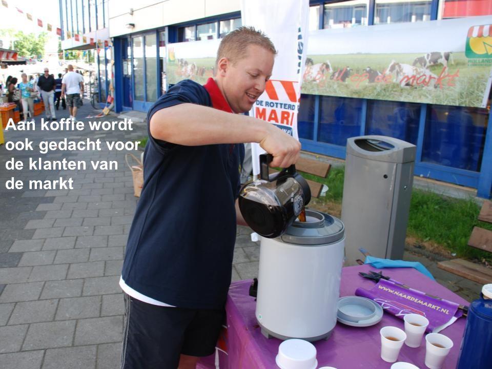 Aan koffie wordt ook gedacht voor de klanten van de markt