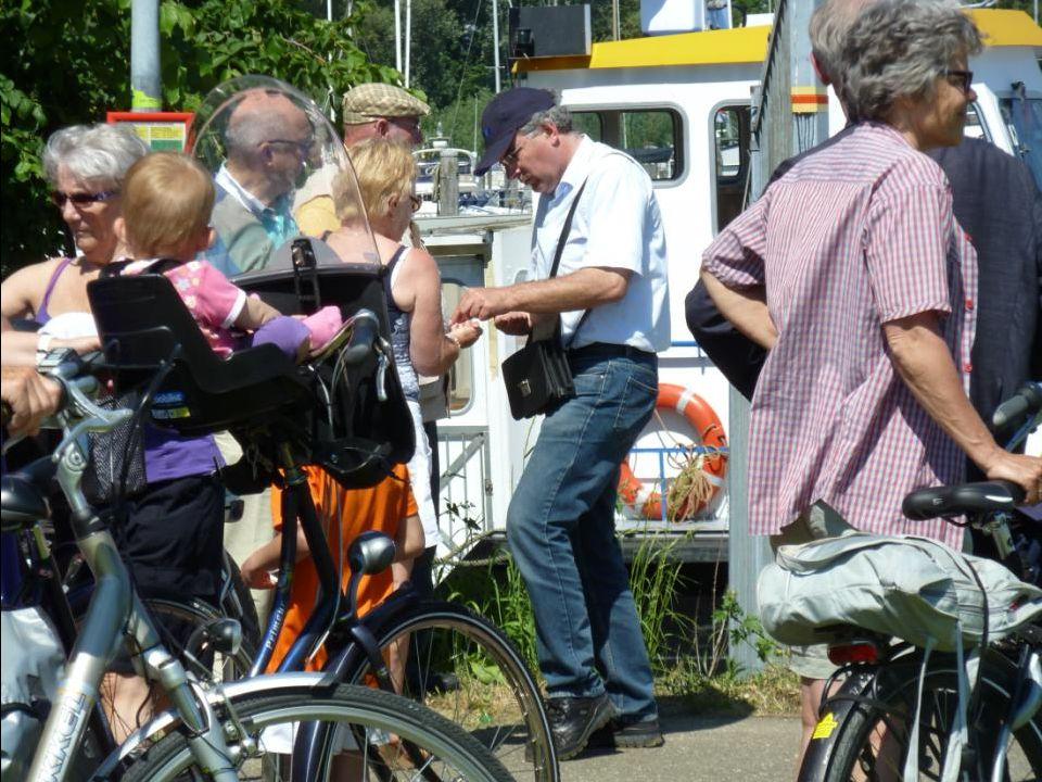 Er staan weer een lange rij mensen te wachten om naar Oud–Beijerland te varen