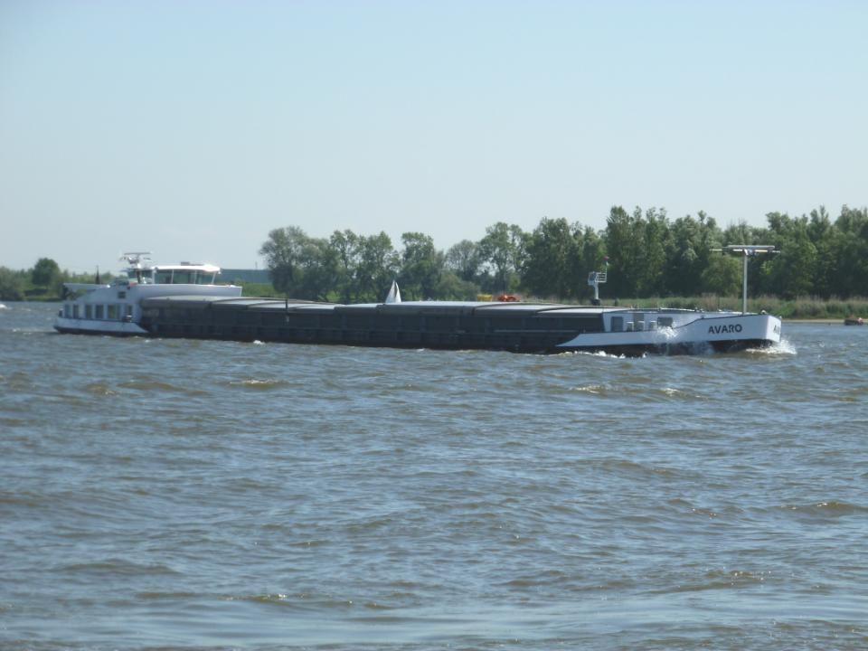 Een schip uit Antwerpen, vol met auto's