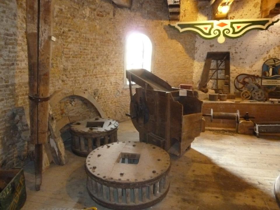 Deze molen heeft zes verdiepingen en een oude koffiemolen