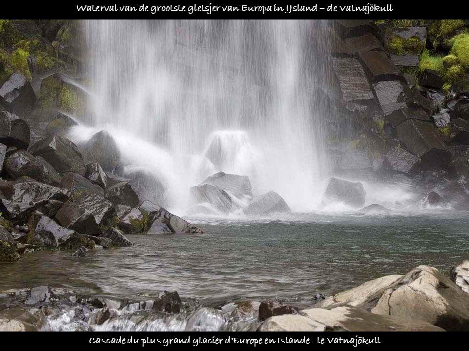 Cascade du plus grand glacier d Europe en Islande - le Vatnajökull Waterval van de grootste gletsjer van Europa in IJsland – de Vatnajökull