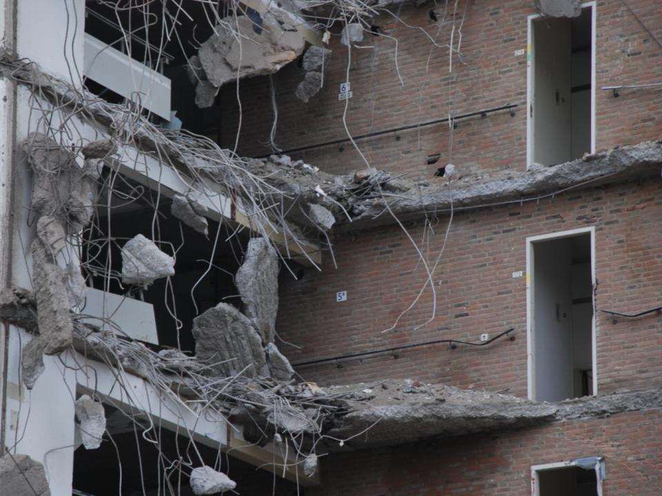 Maandag 5 maart 2012, koud en somber weer, de Mammoetkraan en containers om het asbest in op te slaan waren verdwenen.