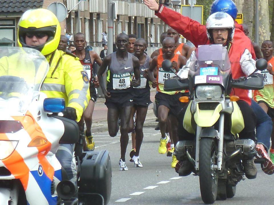 De eerste renners ter hoogte van de hoek Kerkwervesingel, Slinge