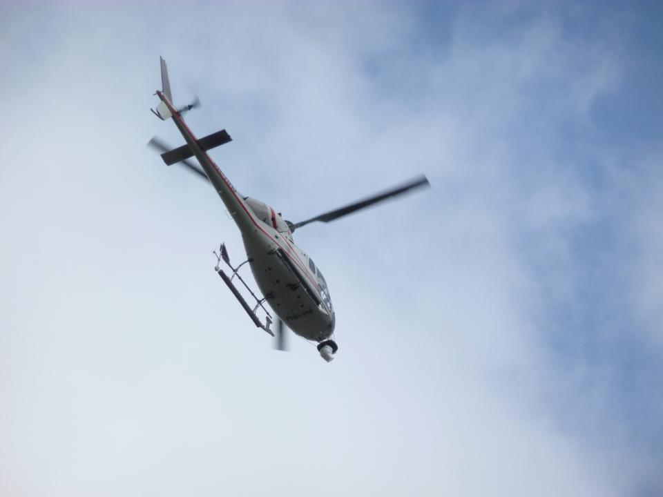 De helicopters hangen al in de lucht, de renners komen eraan