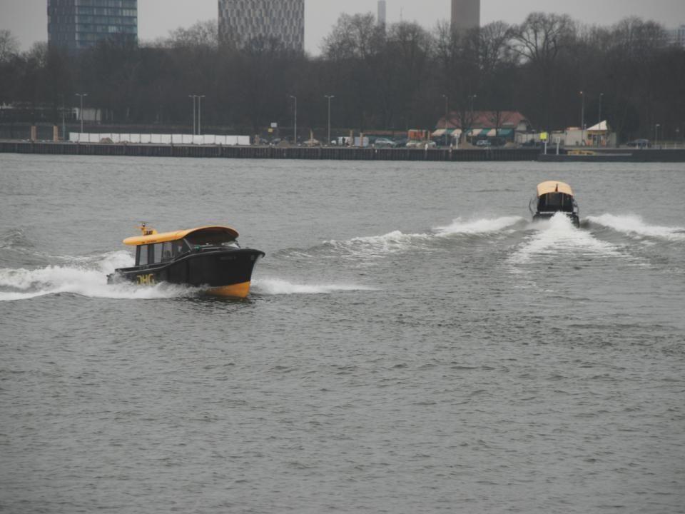 De standplaats van de watertaxi bij Hotel New York en de Nieuwe Rijnhavenbrug
