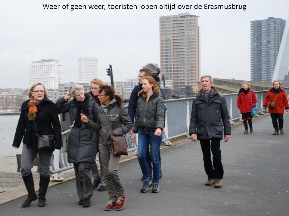 Weer of geen weer, toeristen lopen altijd over de Erasmusbrug