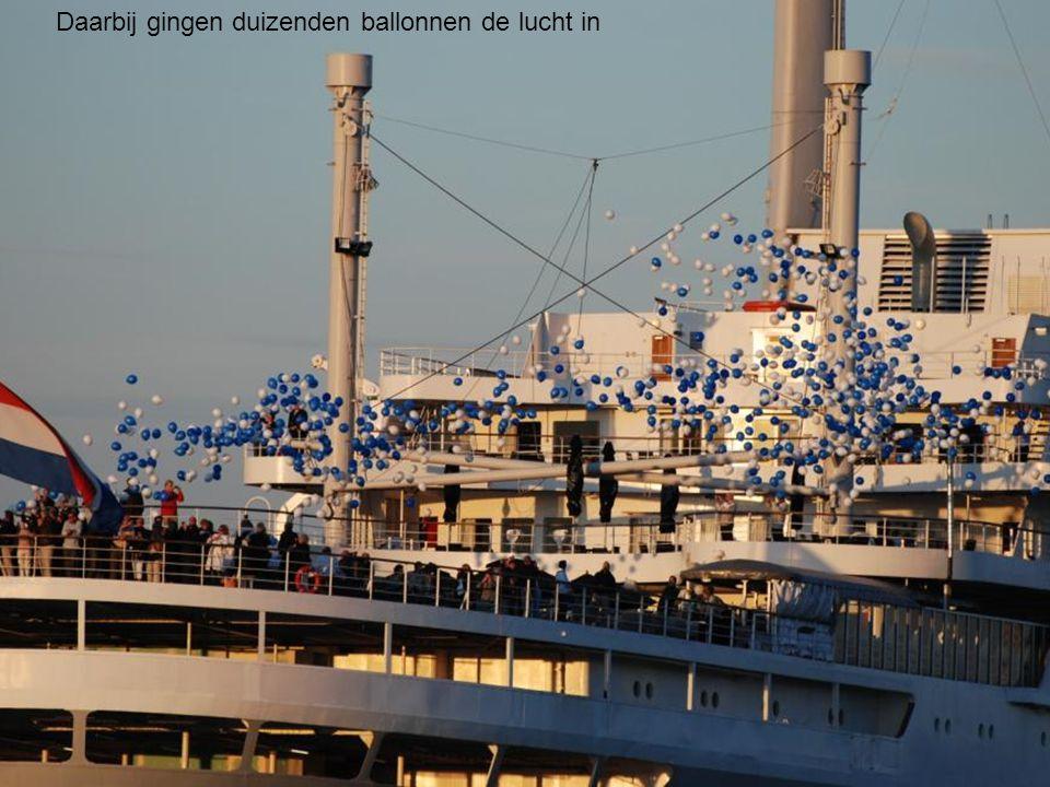 De ms Rotterdam vaart de ss Rotterdam voorbij