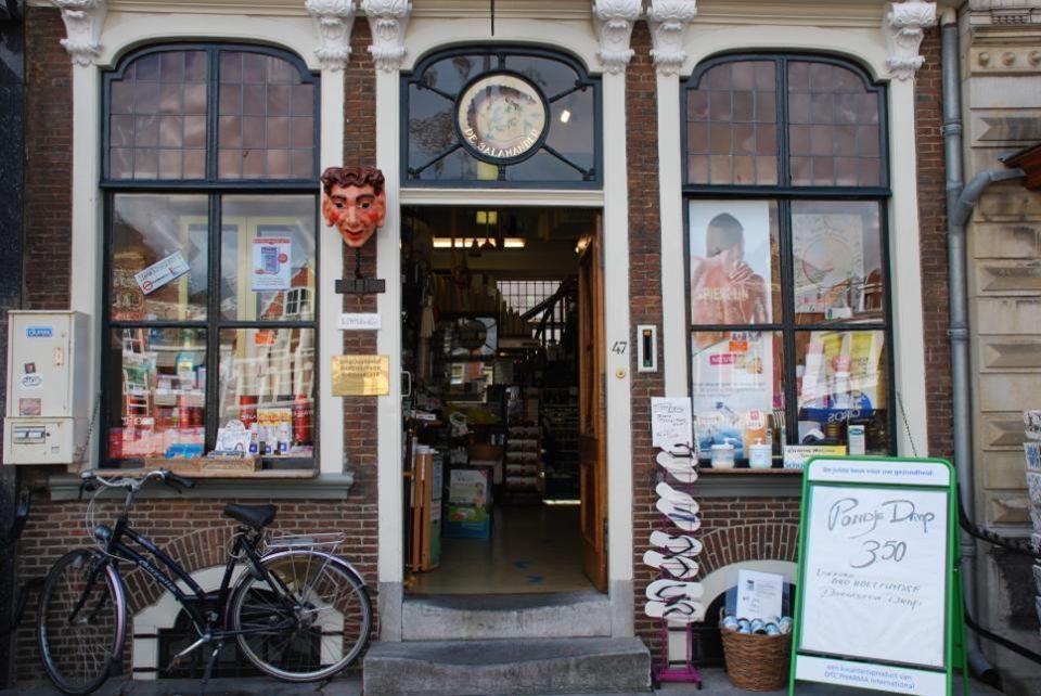 Terassen en mooie, oude en toeristishe winkels, dit is een prachtige plaats om een markt te houden, die is er dan ook en wordt op donderdag gehouden