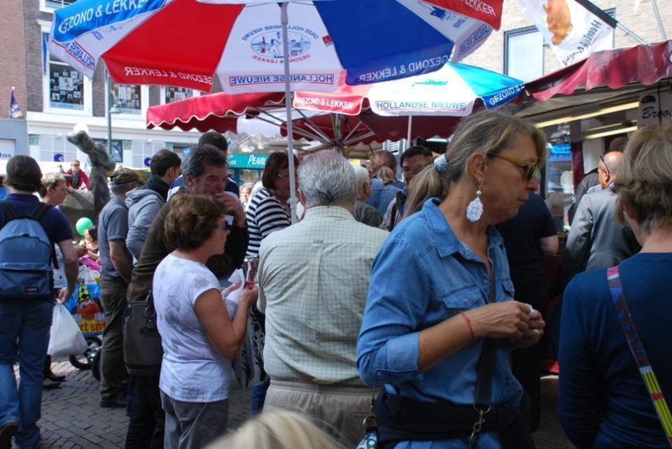 De weekmarkt op de Brabantse Turfmarkt en Burgwal