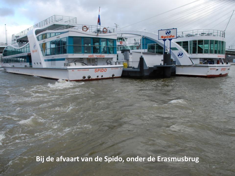 De kleinere binnenvaartschepen varen wel, de containerschepen blijven aan de kade liggen
