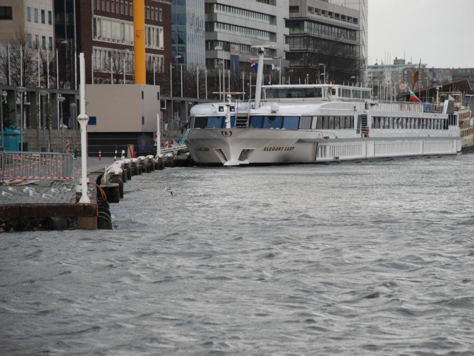 """De Leuvehaven en de Boompjes, aan de kade het partyschip de """"Elegant Lady"""""""