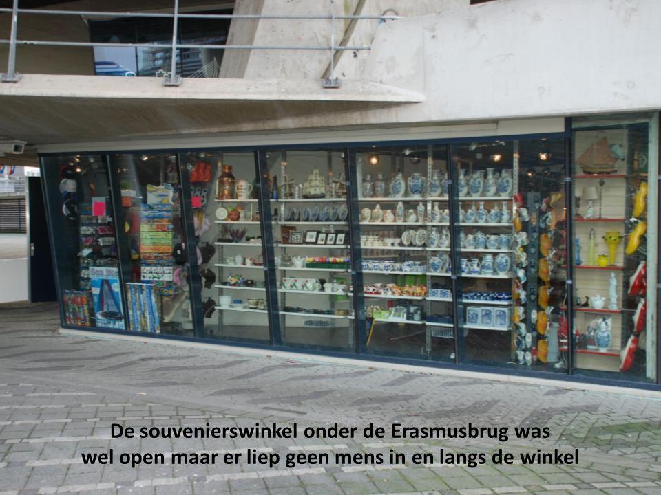 De souvenierswinkel onder de Erasmusbrug was wel open maar er liep geen mens in en langs de winkel