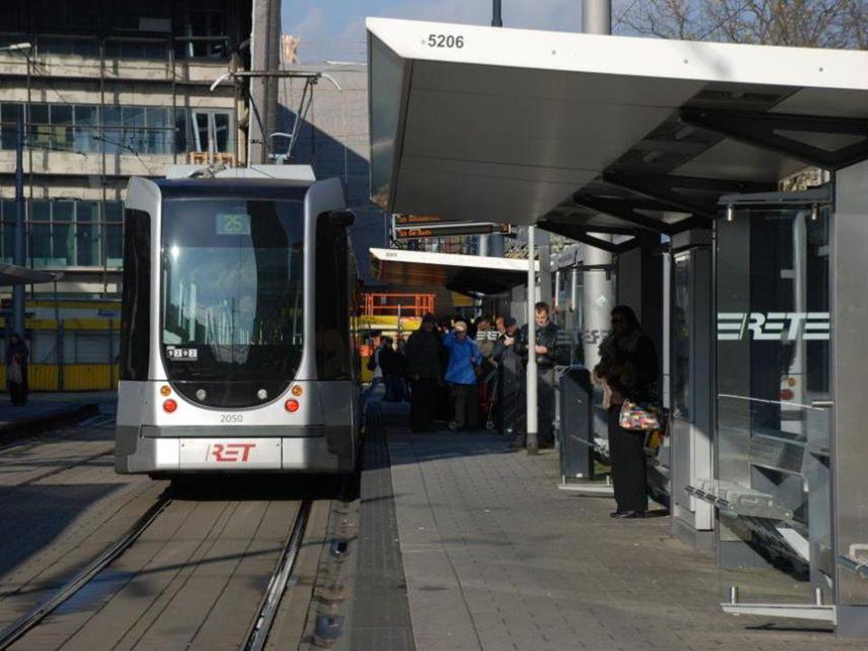 Een beetje reklame op een tram voor het openbaar vervoer