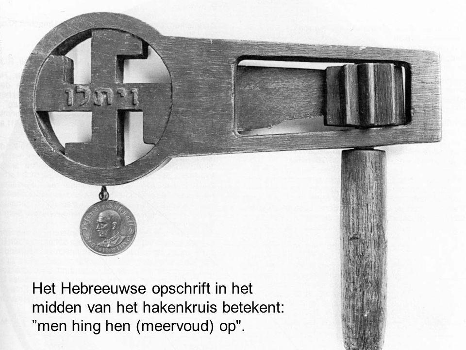 """Het Hebreeuwse opschrift in het midden van het hakenkruis betekent: """"men hing hen (meervoud) op"""