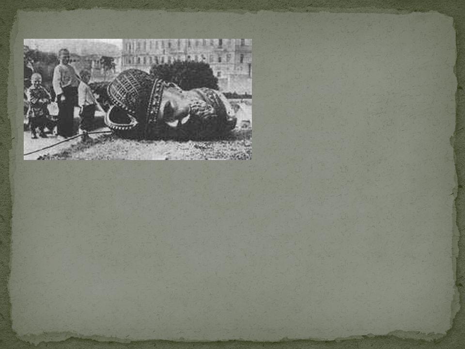 Grote opstand in Petrograd vanwege voedseltekort. 23 februari Tsaar stuurt leger erop af, leger weigert. De tsaar geeft nu op, en treedt af. De Doema
