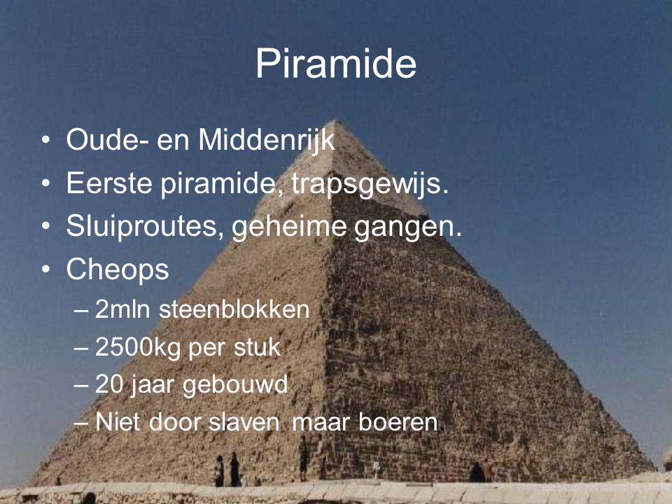 Piramide Oude- en Middenrijk Eerste piramide, trapsgewijs. Sluiproutes, geheime gangen. Cheops –2mln steenblokken –2500kg per stuk –20 jaar gebouwd –N