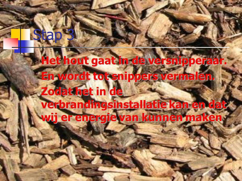 Stap 3 Het hout gaat in de versnipperaar. En wordt tot snippers vermalen. Zodat het in de verbrandingsinstallatie kan en dat wij er energie van kunnen