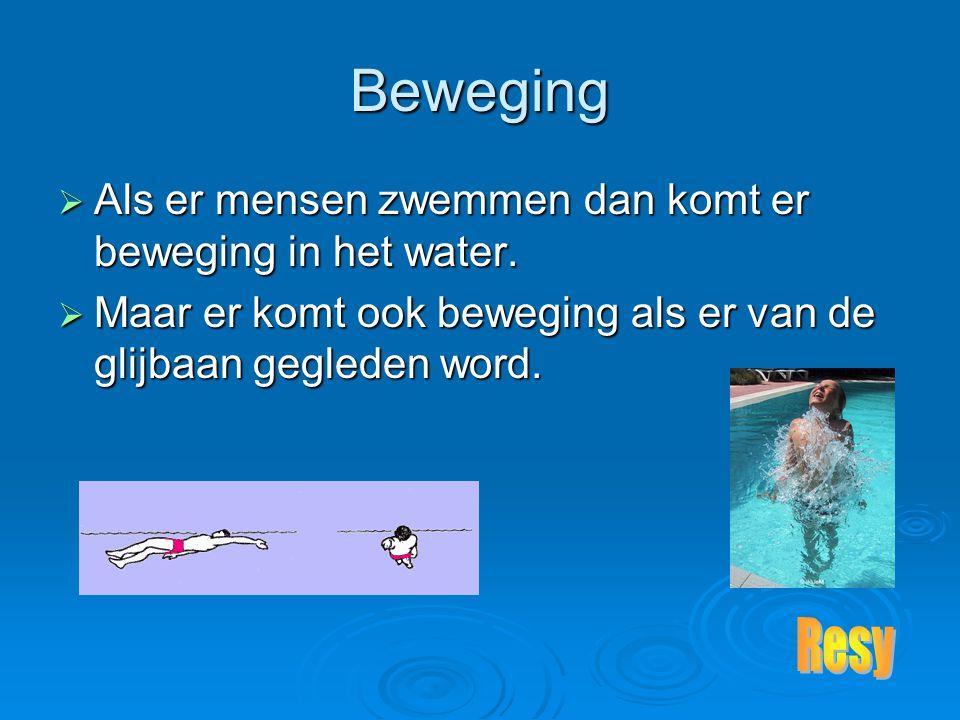 Beweging AAAAls er mensen zwemmen dan komt er beweging in het water.