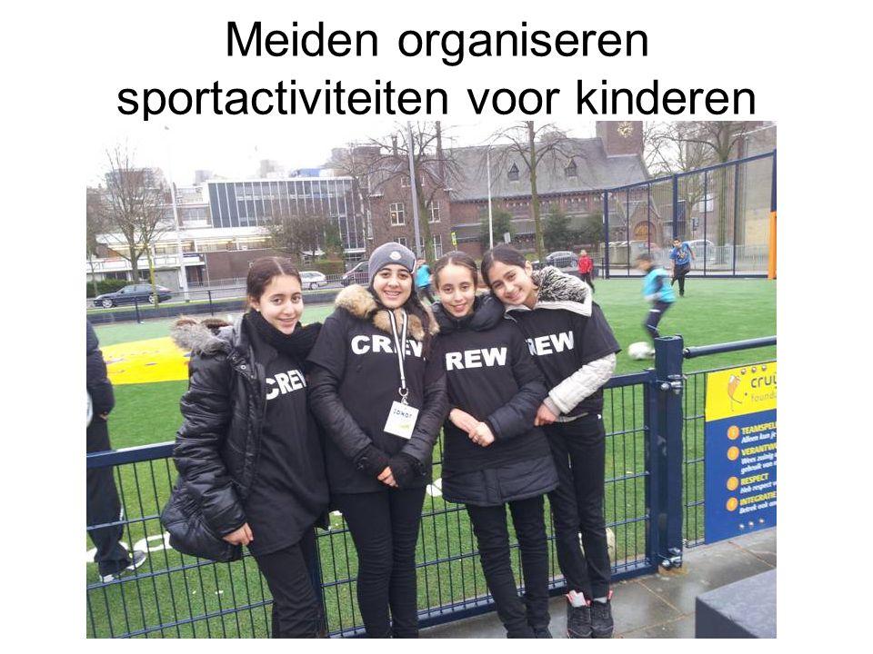 Meiden organiseren sportactiviteiten voor kinderen