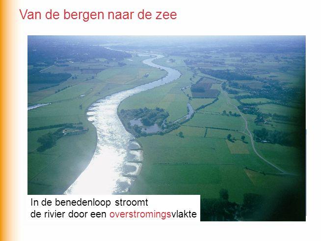 In de benedenloop stroomt de rivier door een overstromingsvlakte In de benedenloop stroomt de rivier door een overstromingsvlakte Van de bergen naar d