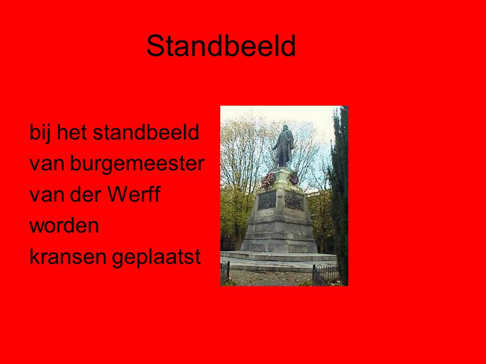 Standbeeld bij het standbeeld van burgemeester van der Werff worden kransen geplaatst