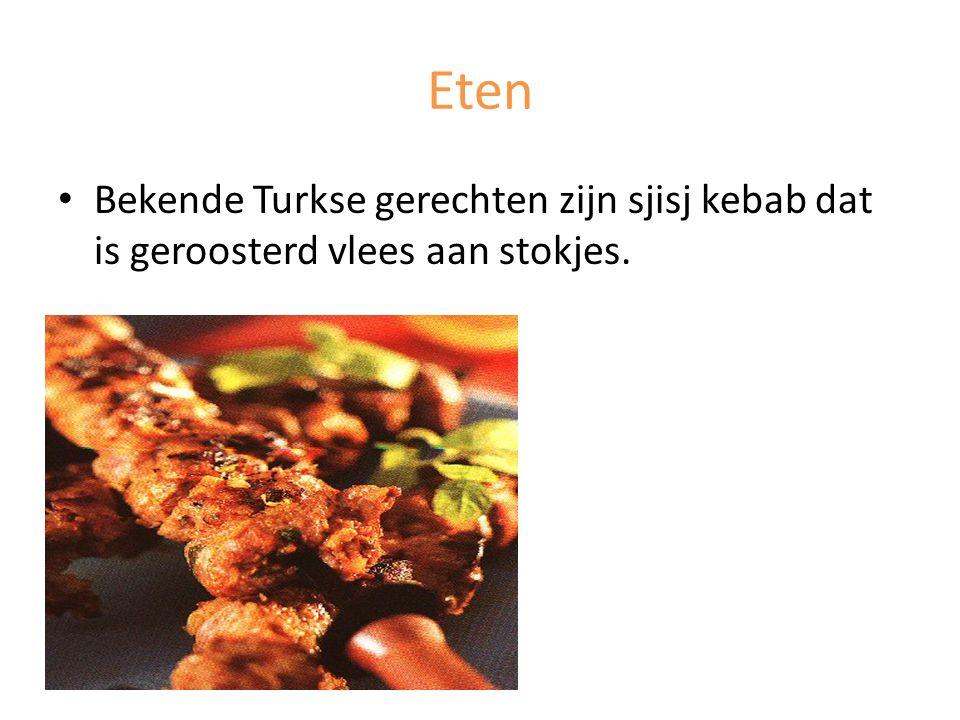 Eten Bekende Turkse gerechten zijn sjisj kebab dat is geroosterd vlees aan stokjes.