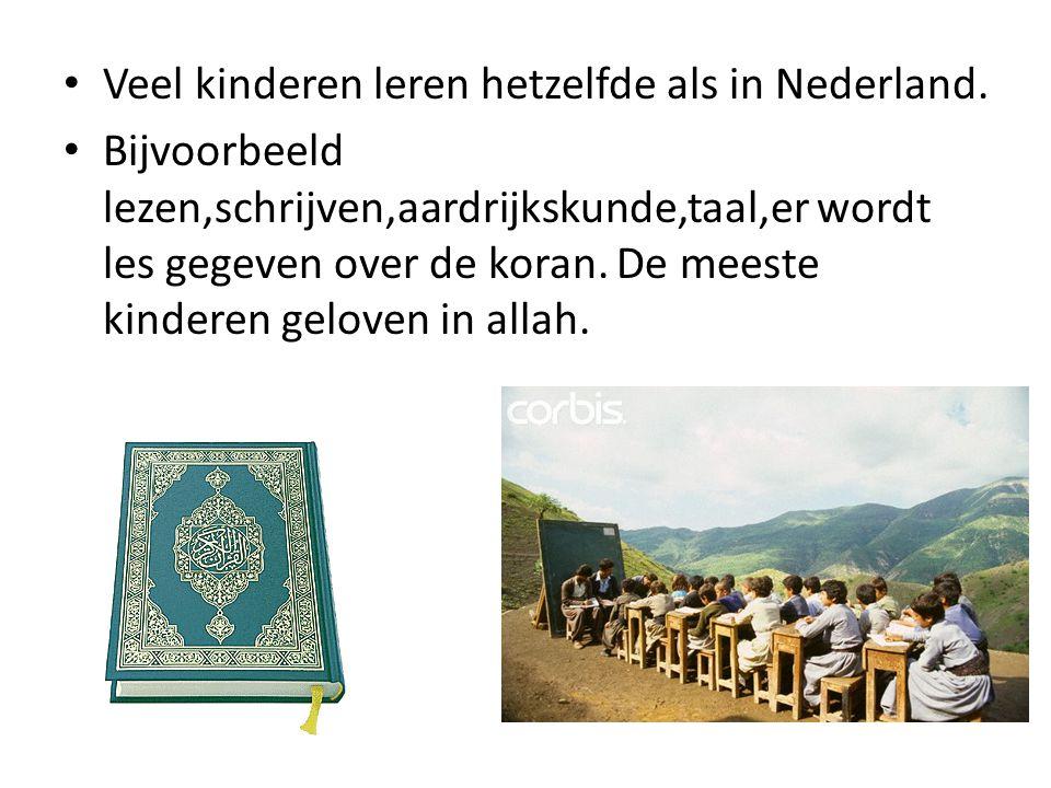 Veel kinderen leren hetzelfde als in Nederland. Bijvoorbeeld lezen,schrijven,aardrijkskunde,taal,er wordt les gegeven over de koran. De meeste kindere