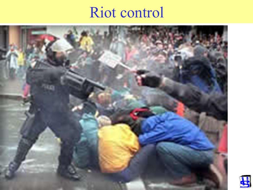 3) Riot control Doel: uitschakelen tegenstander Gevechtsactie –Zorg voor heldere en eenduidige strategie –Kies omgeving waar weinig stuk kan –Ken je t