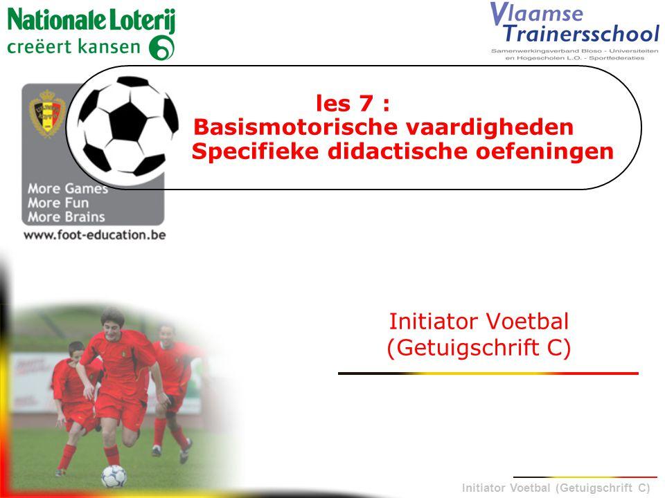 Initiator Voetbal (Getuigschrift C)  speelt bijna de gehele tijd voetbal  komt vaak aan de bal  krijgt veel scoringskansen  mag vrij spelen  wordt aangemoedigd door de coach IEDERE SPELER Voetbal spelen = fun !