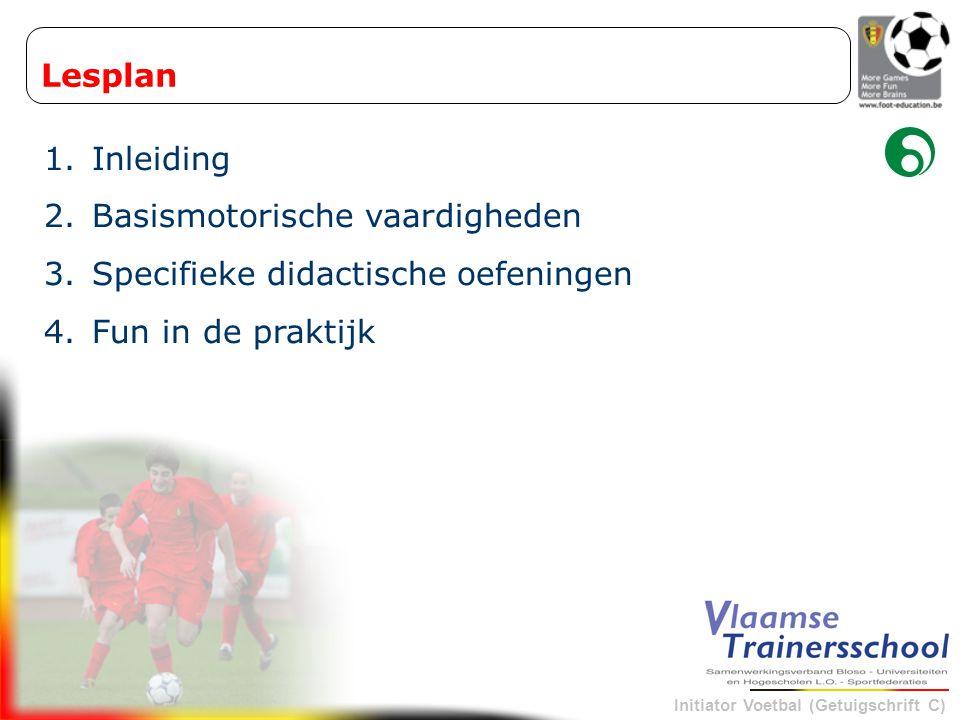 Initiator Voetbal (Getuigschrift C) 3.4 Uitleg en demonstratie bij de ingangzetting van de trainingsvorm Eerst demonstratie, daarna uitleg Eerst een plaatje, dan een praatje --> STOP-HELP methode (niet zelf de oplossing geven) Eerst uitleg, daarna demonstratie Enkel voor OVER -duidelijke zaken, te vermijden bij de allerkleinsten Demonstratie en uitleg tegelijkertijd Tijdens de uitvoering de juiste wenk geven --> beste communicatievorm (visualisatie) Enkel demonstratie of uitleg Bij herhaling van bepaalde tussenvormen 3.