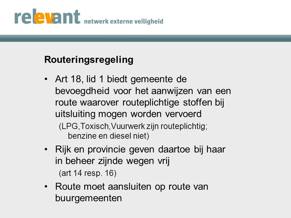 Routeringsregeling Route wordt aangegeven met behulp van routeborden (art 20): Art 21 regelt het uiteindelijk verbod op vervoer van routeplichtige stoffen buiten de aangewezen route Ten behoeve van laden / lossen buiten de aangewezen route kan gemeente ontheffing verlenen (art 22)