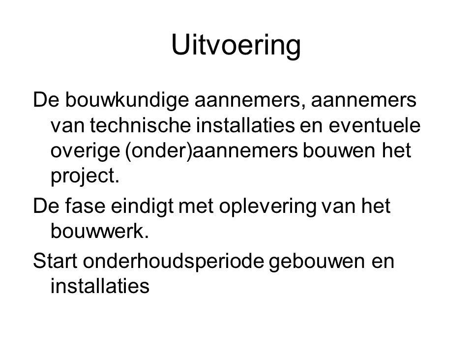 Uitvoering De bouwkundige aannemers, aannemers van technische installaties en eventuele overige (onder)aannemers bouwen het project. De fase eindigt m