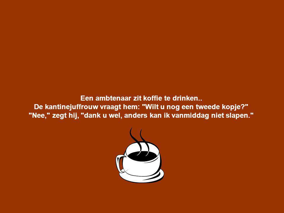 Een ambtenaar zit koffie te drinken..