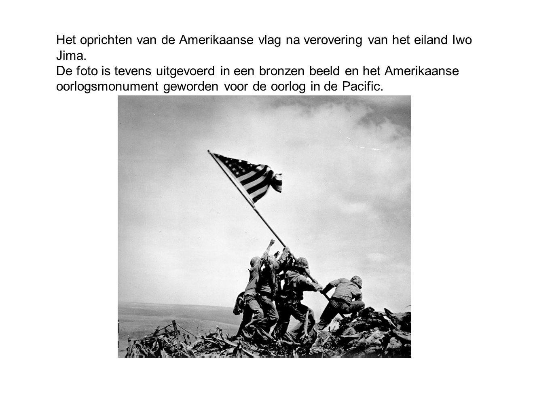 Het oprichten van de Amerikaanse vlag na verovering van het eiland Iwo Jima. De foto is tevens uitgevoerd in een bronzen beeld en het Amerikaanse oorl