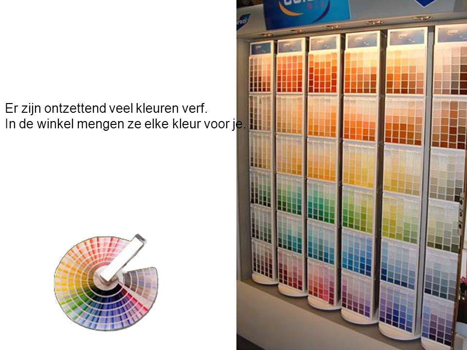 Er zijn ontzettend veel kleuren verf. In de winkel mengen ze elke kleur voor je.
