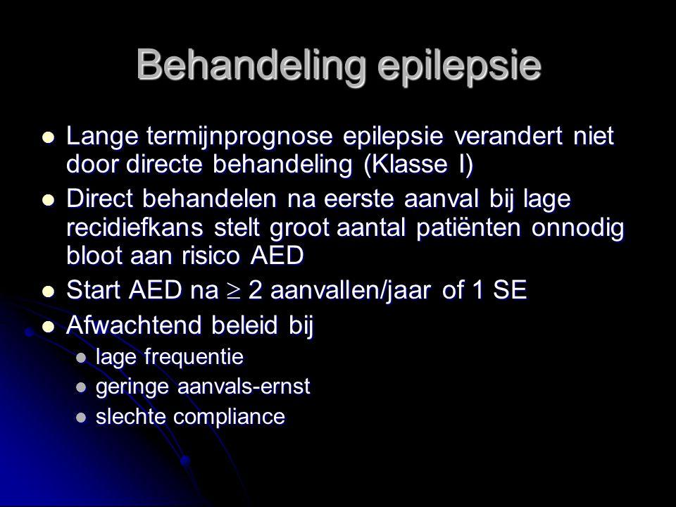 Lange termijnprognose epilepsie verandert niet door directe behandeling (Klasse I) Lange termijnprognose epilepsie verandert niet door directe behandeling (Klasse I) Direct behandelen na eerste aanval bij lage recidiefkans stelt groot aantal patiënten onnodig bloot aan risico AED Direct behandelen na eerste aanval bij lage recidiefkans stelt groot aantal patiënten onnodig bloot aan risico AED Start AED na  2 aanvallen/jaar of 1 SE Start AED na  2 aanvallen/jaar of 1 SE Afwachtend beleid bij Afwachtend beleid bij lage frequentie lage frequentie geringe aanvals-ernst geringe aanvals-ernst slechte compliance slechte compliance Behandeling epilepsie